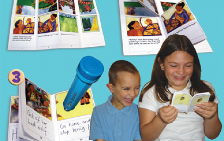 Två barn som ler mot blå bakgrund, omgivna av tryckta miniböcker. De läser en av böckerna tillsammans.